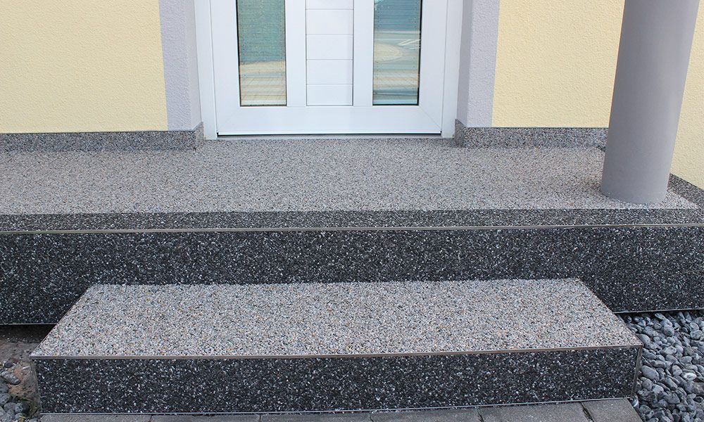 Eingangstreppe mit Steinchenteppich-Boden