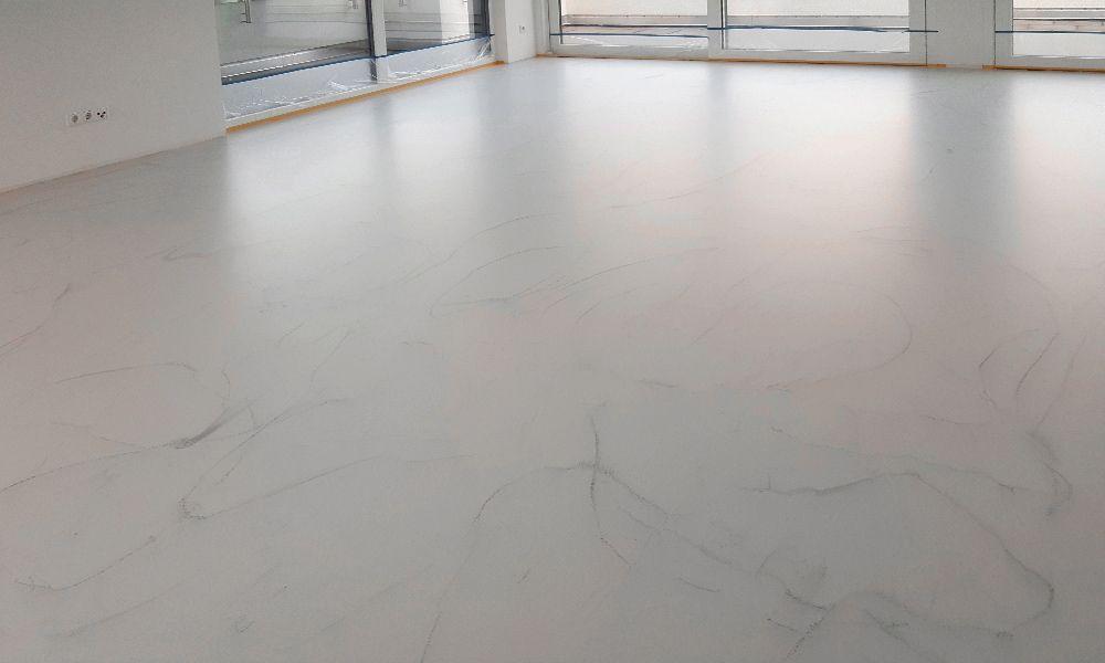 Wohnzimmer mit marmoriertem Premiumboden